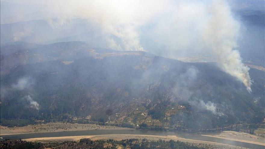 Chile pide ayuda extranjera para sofocar las llamas de 63 incendios forestales