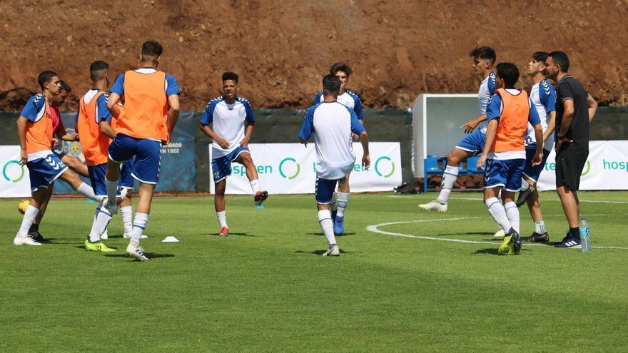 Los jugadores del CD Tenerife, realizando ejercicios de calentamiento