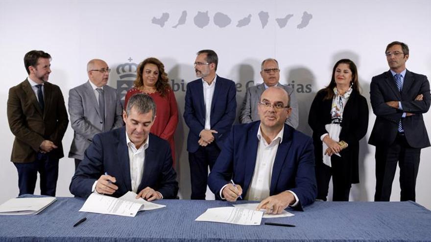 Firma del convenio del Plan de Infraestructuras Sociosanitarias. EFE/Ángel Medina G.