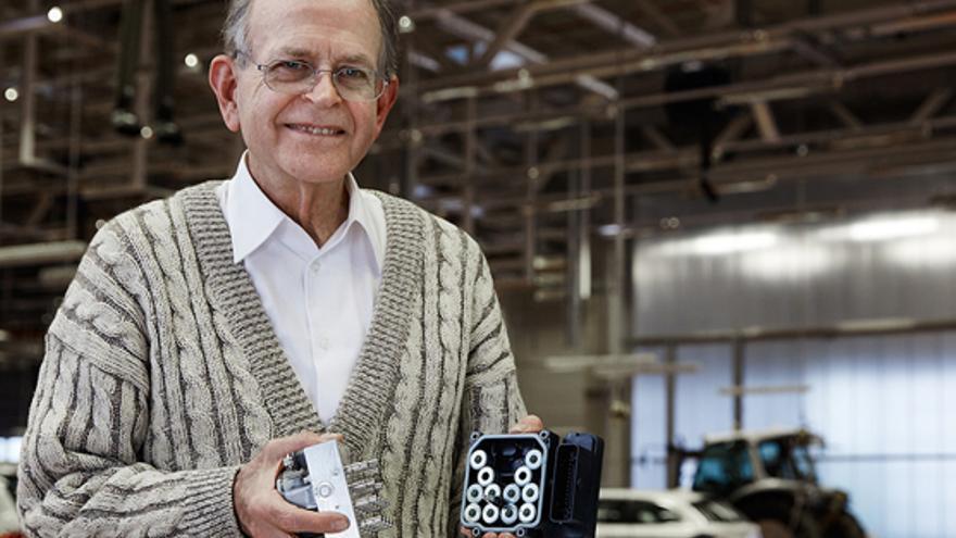 Anton Van Zanten, inventor del control de estabilidad, muestra las tripas de una unidad ESP.