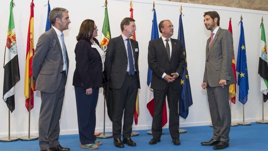 Monago mantiene en Mérida una reunión con los consejeros del Comercio Exterior de Francia en España