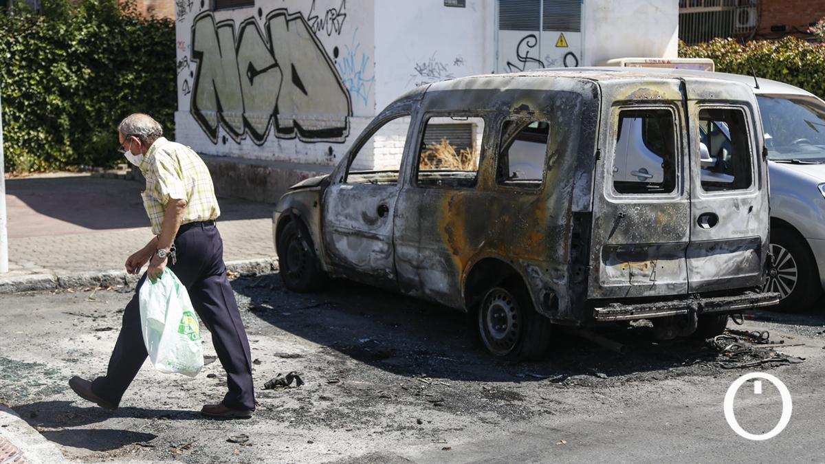 Coche quemado en la calle Melilla