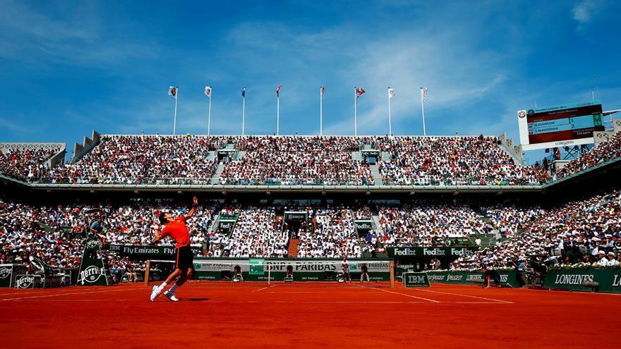 Novak Djokovic sacando en Roland Garros