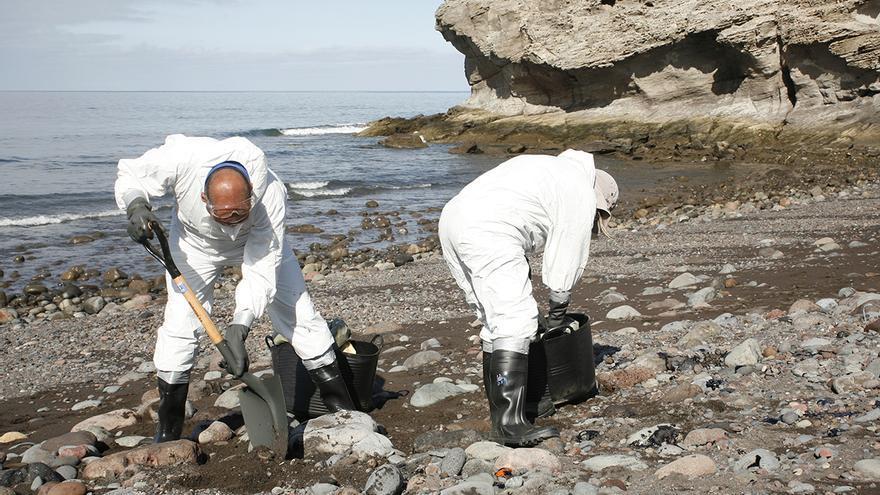Recogida de fuel en la playa de Veneguera (Alejandro Ramos)