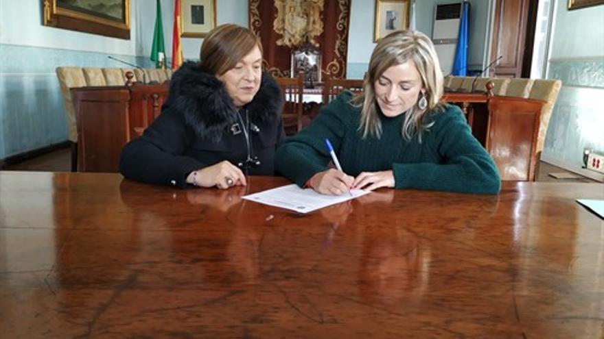 Susana Herrán firma el convenio con la Cruz Roja.