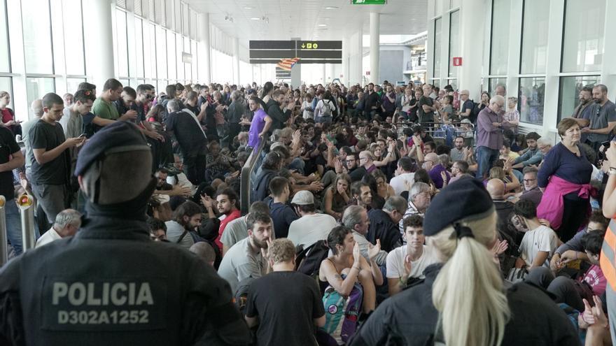 La protesta empezó en el aeropuerto con una sentada frente al cordón policial