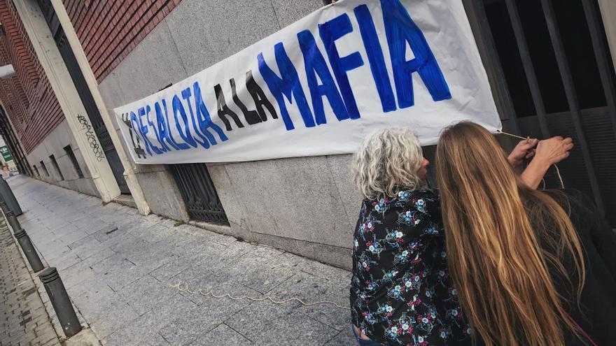 Pancarta en La Ingobernable por la visita del portavoz del PP en el Ayuntamiento
