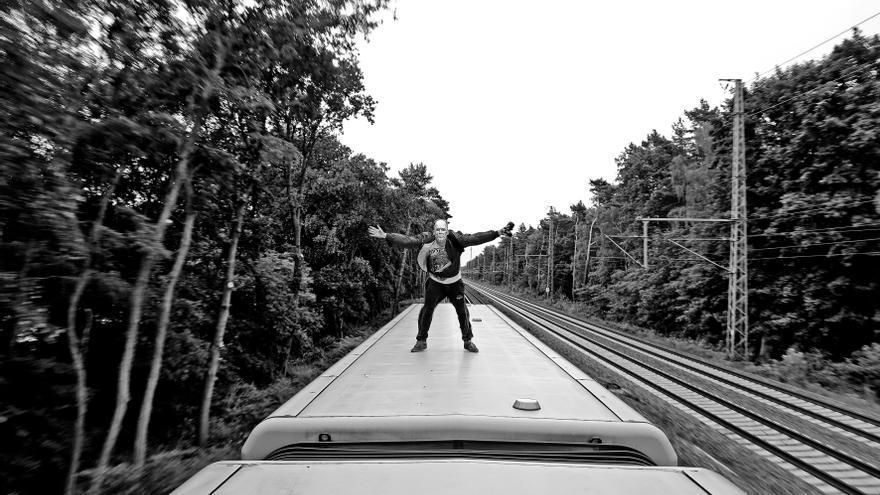 'Train-surfing', una peligrosa práctica que consiste en subir sobre los tejados de vagones de trenes cuando están en marcha