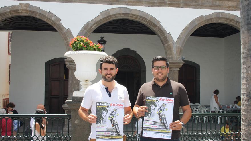 Nelson Pérez y Raico Arrocha con el cartel de la prueba.