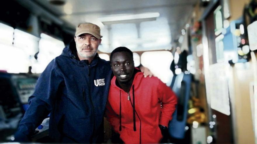 Óscar Fernández Ruiz junto a uno de sus compañeros de la tripulación del barco Aita Mari