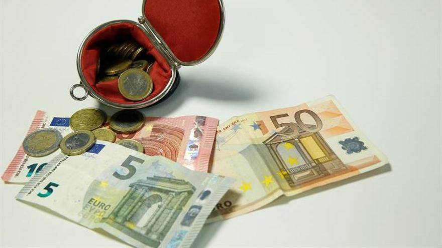 El euro se mantiene en 1,1022 dólares
