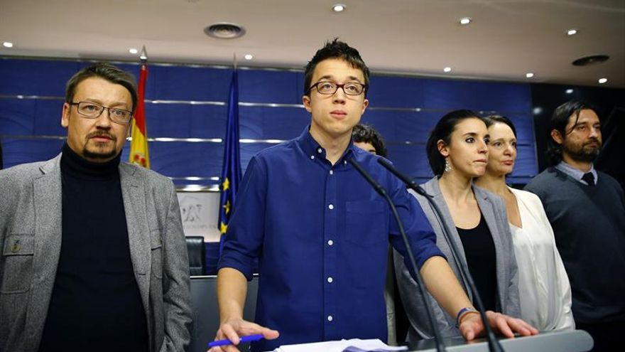 El portavoz de Podemos, Íñigo Errejón (c), junto a Irene Montero (3d), Carolina Bescansa (2d); Rafael Mayoral (d) y el portavoz de En Comú Podem en el Congreso, Xavier Domènech (i), entre otros.