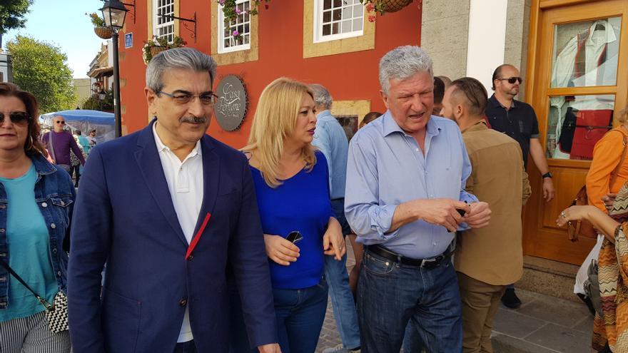 Pedro Quevedo, junto a Román Rodríguez, durante su visita al municipio de Teror