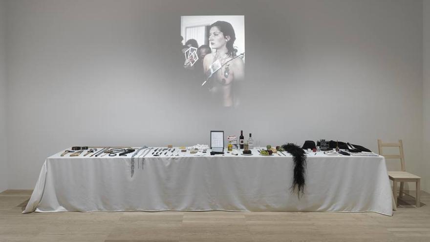 Reproducción de la mesa que Marina Abramović empleó en 'Rhythm 0' expuesta en el Museo Tate Modern.