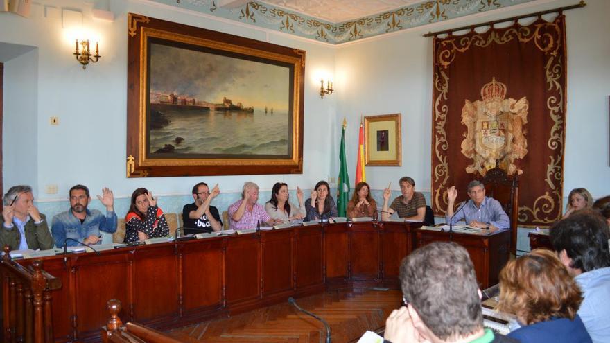 CastroVerde y el PRC votando a favor de la aprobación del convenio entre el Ayuntamiento y conservas Lolín | RUBÉN ALONSO