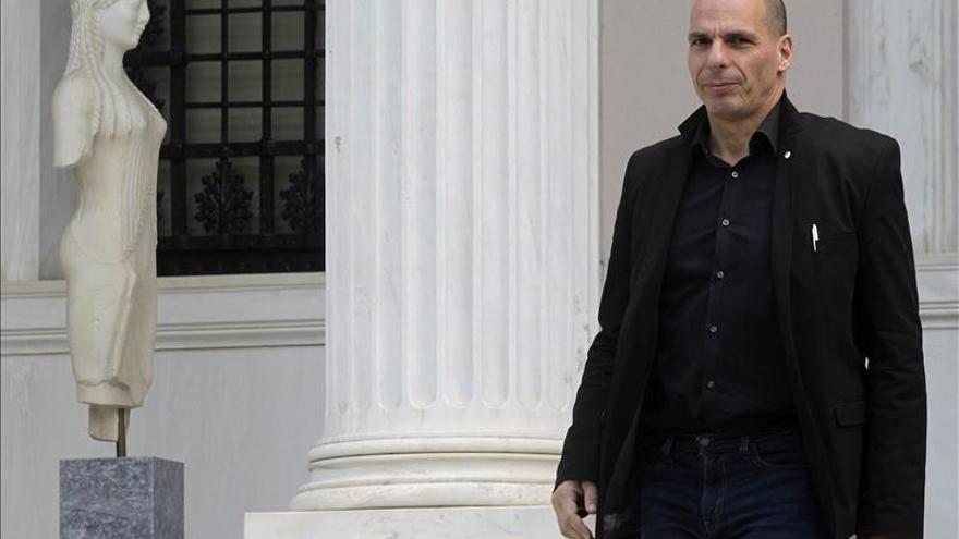 Varufakis espera que Grecia no tendrá que optar entre pagar el crédito o los salarios