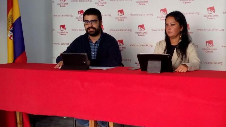 Felipe Ramos y Melania González, dirigentes de IUC, este sábado en la capital tinerfeña