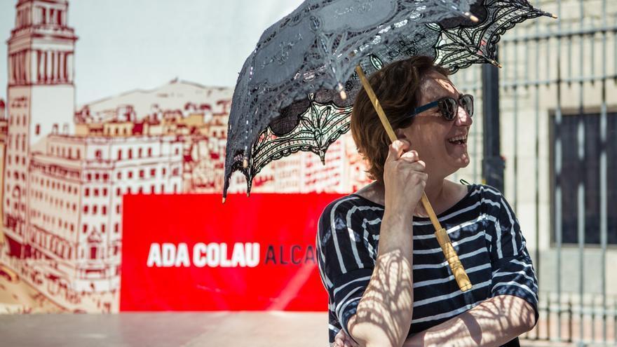 Ada Colau buscant la manera de tapar-se del sol abans de començar l'acte a la plaça del Rei / ENRIC CATALÀ
