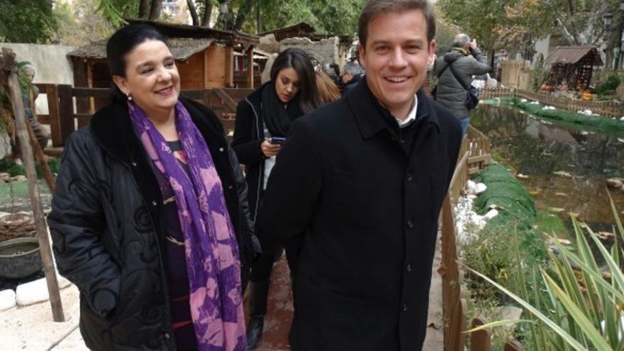 Pilar Gimeno y Roger Cerdá, durante la inauguración del Belén Monumental de Xàtiva el pasado sábado