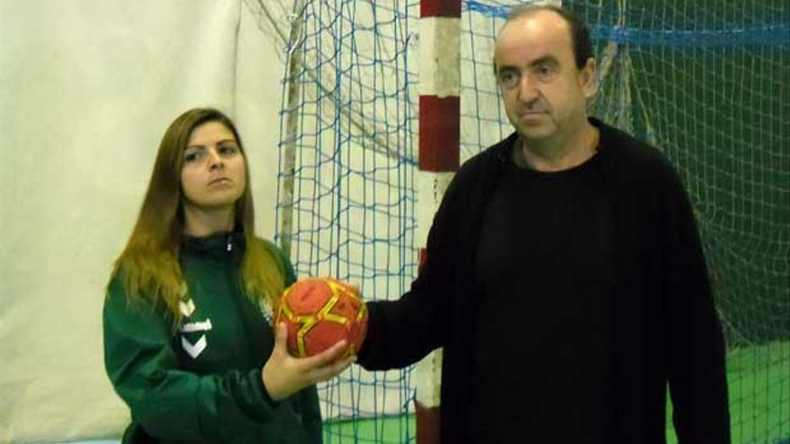 Rafa Moreno e Isa Moreno, relevo en el banquillo del Adesal.   RAFA ÁVALOS
