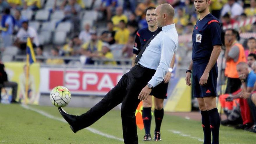 El entrenador del Rayo Vallecano Paco Jémez durante el partido ante la UD Las Palmas en el Estadio de Gran Canaria. (EFE/Ángel Medina G).