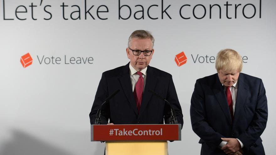 Los tories Michael Gove y Boris Johnson en la rueda de prensa en la que han dicho que no hay prisa en iniciar la ruptura con la UE.
