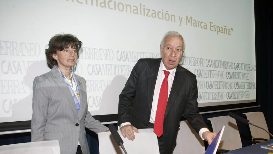 La exdirectora de Casa Mediterráneo, Almudena Muñoz, junto al ministro García-Margallo en un evento sobre la Marca España en febrero de 2015. EFE
