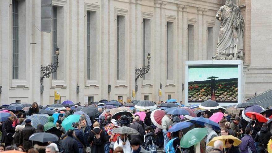 La lluvia no ahoga la expectación en la Plaza de San Pedro del Vaticano