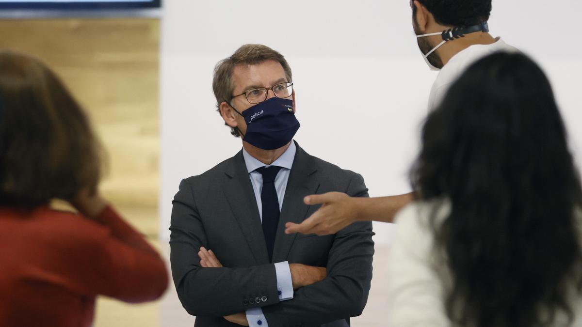 El presidente de la Xunta, Alberto Núñez Feijóo, habla con periodistas.