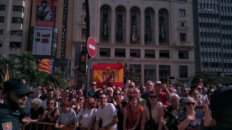 Ultras muestran una bandera franquista en la procesión cívica
