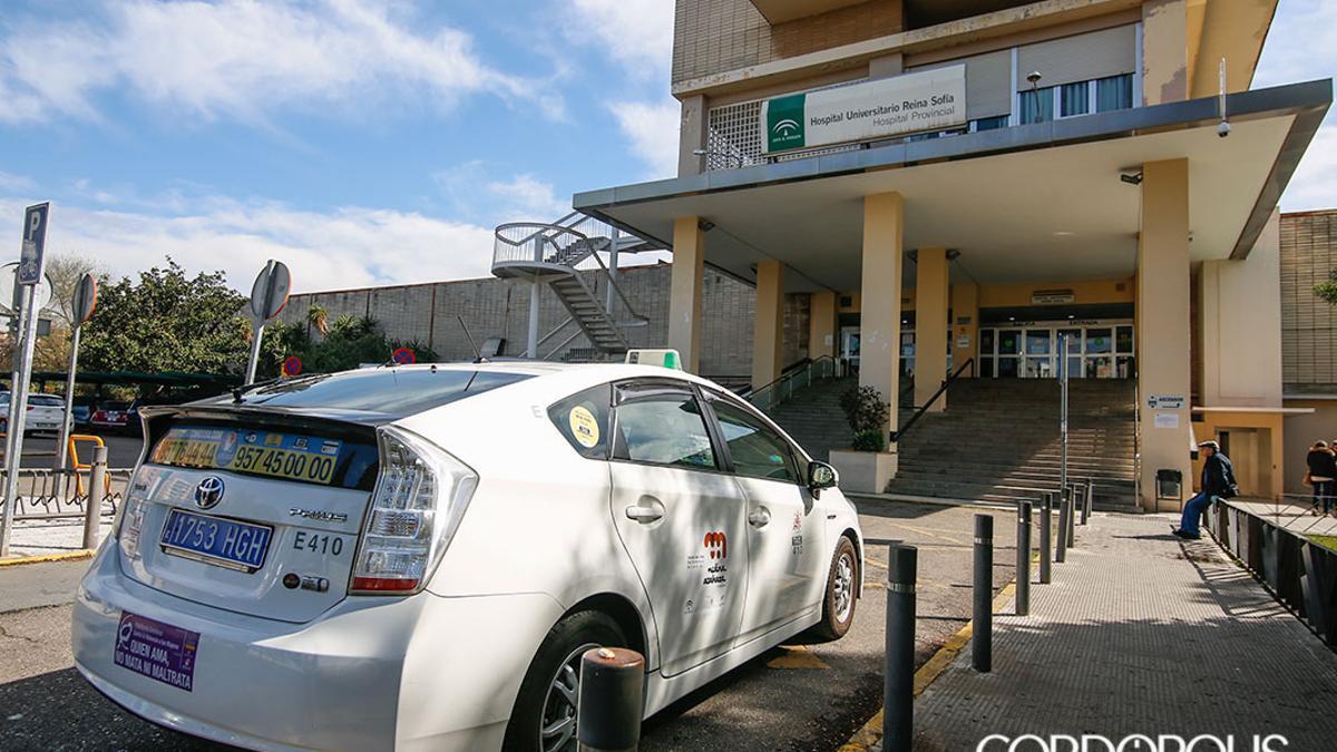 Un taxi en el Hospital Provincial