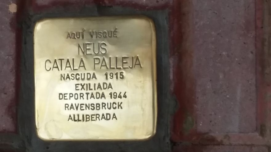 El adoquín de Neus Catalâ, ya colocado / Jesús Rodríguez.