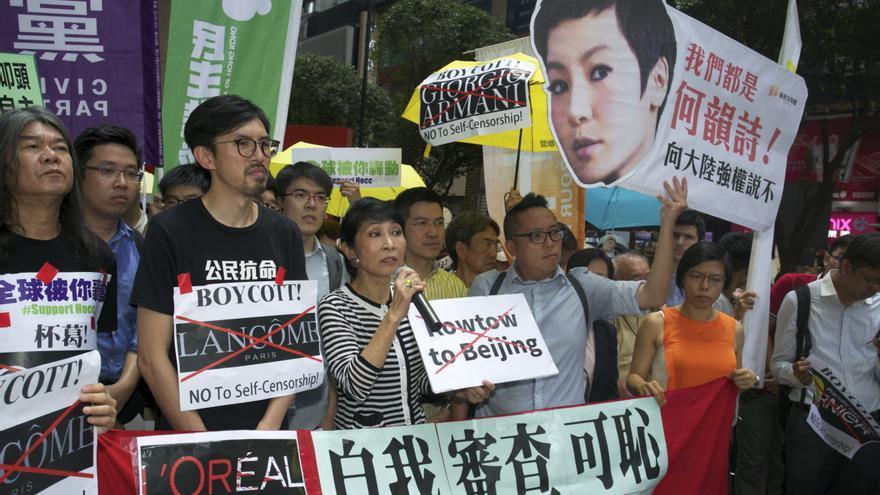 Activistas protestan contra la decisión de Lancôme de cancelar su contrato con Denise Ho por su enfrentamiento con el gobierno chino.