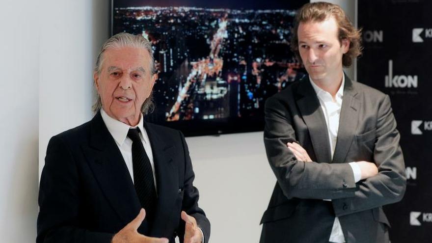 Los arquitectos Ricardo y Pablo Bofill (d) durante la presentación del diseño del edificio residencial más alto de Valencia, la torre Ikon, de 29 plantas, que se construirá junto al futuro nuevo estadio del Valencia CF.