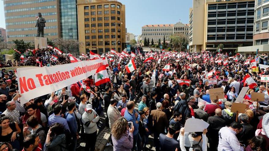 Miles de libaneses protestan por la subida de impuestos y contra el Gobierno