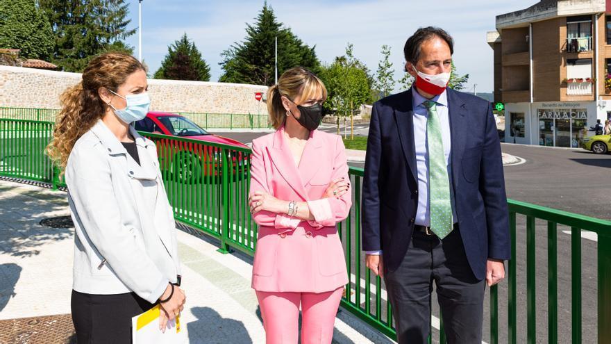 Quiñones, Samperio y Gochicoa en la inauguración de la rotonda de Renedo