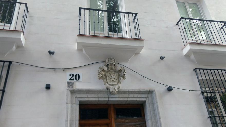 Acceso principal a Corredera 20, con el blasón adornando su puerta | SOMOS MALASAÑA