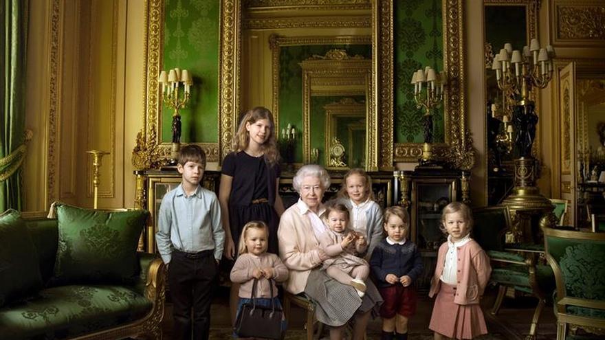 Isabel II se hace una foto rodeada de nietos y bisnietos por su 90 cumpleaños
