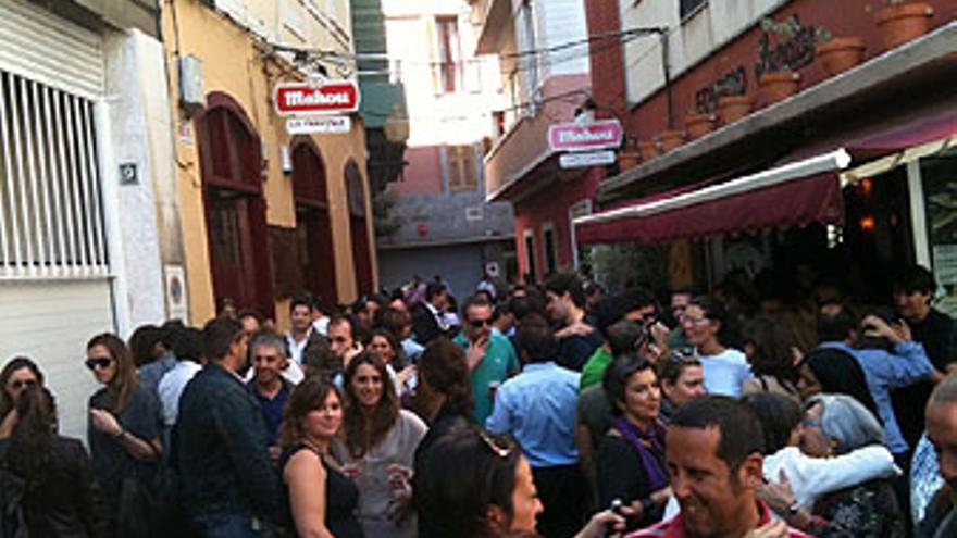 Un mogollón de gente este mediodía en Triana.