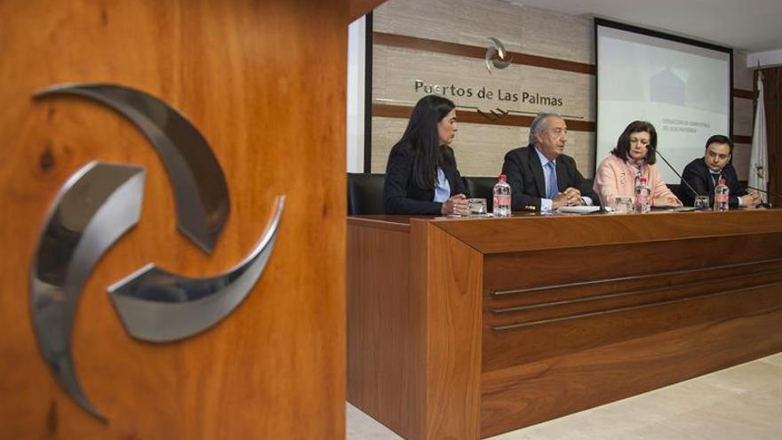 El secretario de Estado de Infraestructuras, Julio Gómez Pomar (2i), acompañado por ladelegada del Gobierno en Canarias, Marías del Carmen Bento (i). (EFE/Ángel Medina G.).