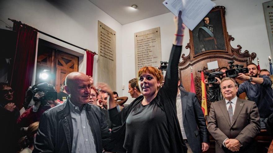 Gloria Martín, concejala de Izquierda Unida-Verdes de Lorca, muestra el acuerdo alcanzado con el Gobierno regional / CARLOS TRENOR