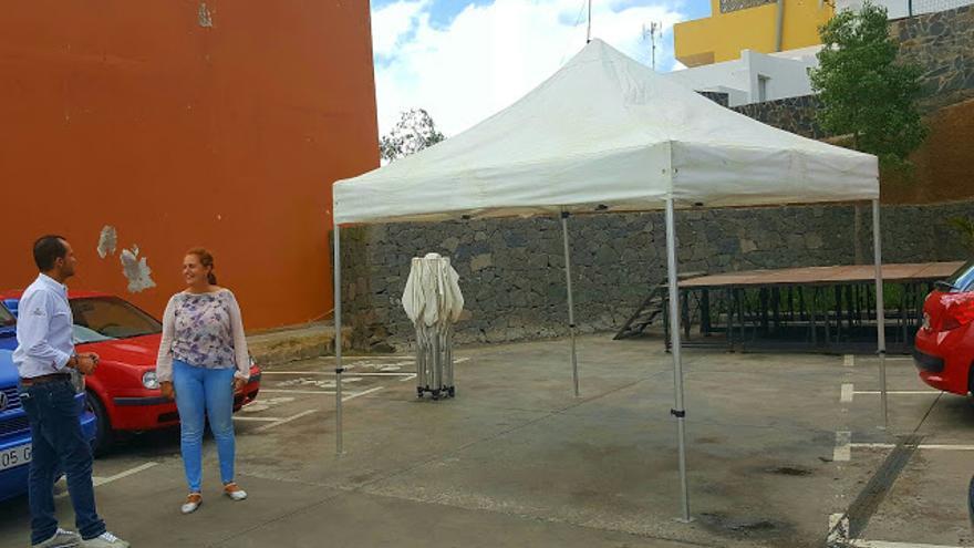 La concejala Oneida Socorro, del CCD, antes en el PP, junto a la famosa carpa instalada en La Atalaya que ha dado origen a la presunta presente crisis del Gobierno de Santa Brígida.