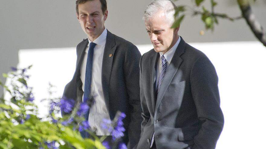 Jared Kushner con el jefe de personal de Obama el día de la reunión entre Donald Trump y Barack Obama en la Casa Blanca