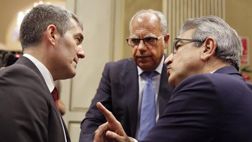 El presidente del Gobierno de Canarias, Fernando Clavijo (i), conversa con los líderes de Nueva Canarias, Román Rodriguez (d), y Agrupación Socialista Gomera, Casimiro Curbelo.