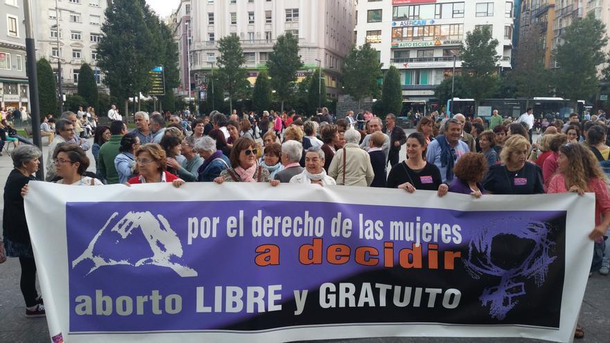 Manifestación en la Plaza del Ayuntamiento de Santander a favor del derecho a decidir de las mujeres. | Laro García