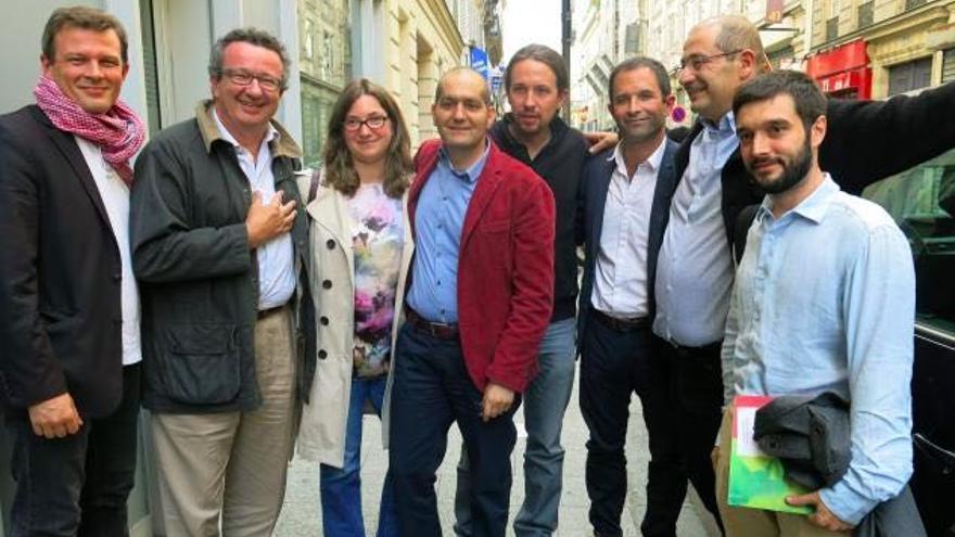 El secretario general de Podemos, Pablo Iglesias, y el responsable de internacional del partido, Pablo Bustinduy, con el candidato del PSF, Benoit Hamon, en septiembre de 2015.