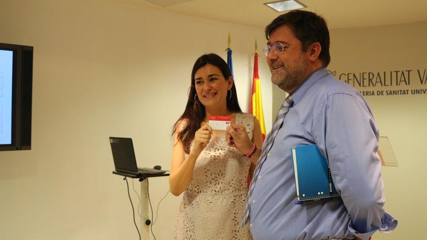 La consellera de Sanidad, Carmen Montón, muestra la nueva tarjeta con el director general, Rafael Sotoca