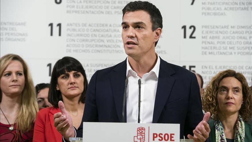 Pedro Sánchez aventaja en un punto a Rajoy en valoración, según el CIS