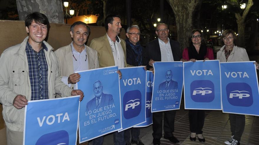 Imagen de la pegada de carteles del PP de Xàtiva en las elecciones europeas de 2014
