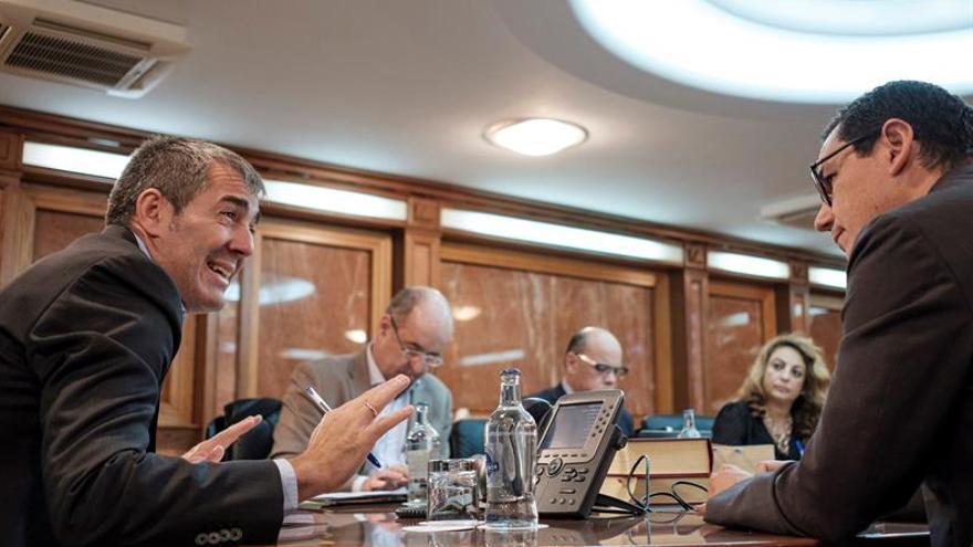 El presidente del Gobierno canario, Fernando Clavijo (i), habla con el vicepresidente y consejero de Transportes, Pablo Rodríguez (d). EFE/ Ángel Medina G.